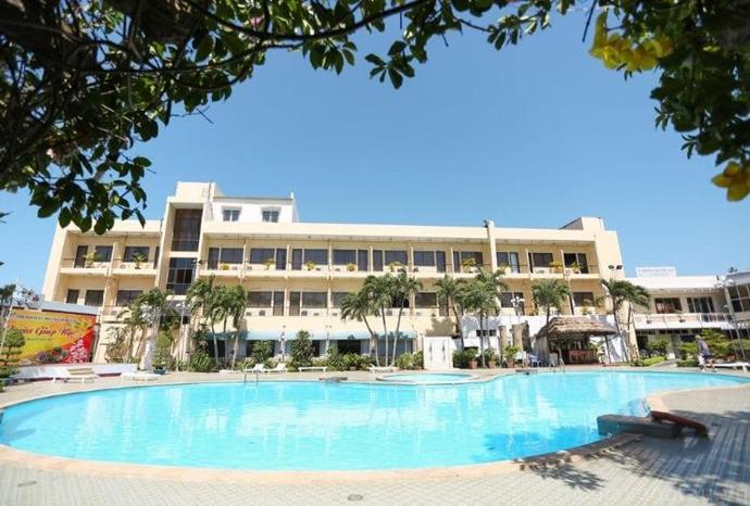 hồ bơi tại Royal Hotel