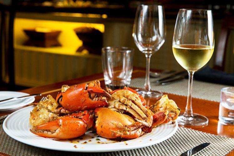 Hải sản và rượu vang trắng