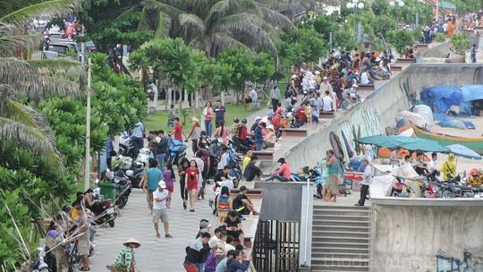 trình trạng du khách đông đúc ở Vũng Tàu
