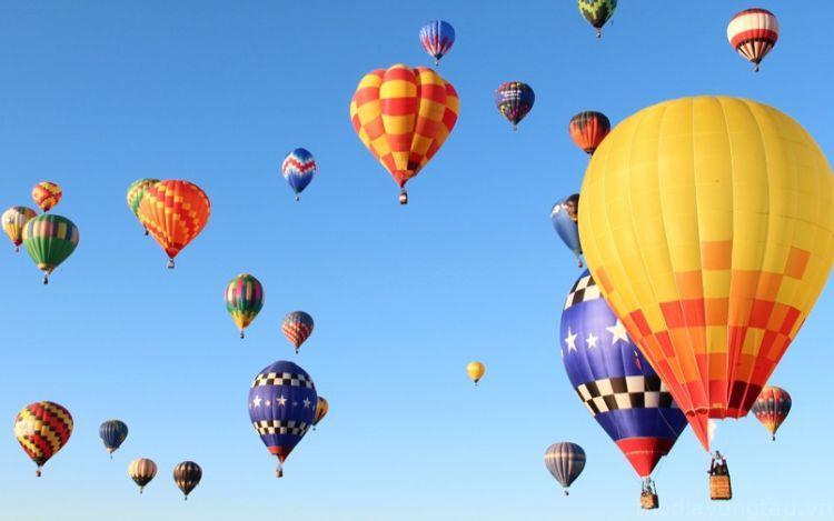 Khinh khí cầu trên bầu trời