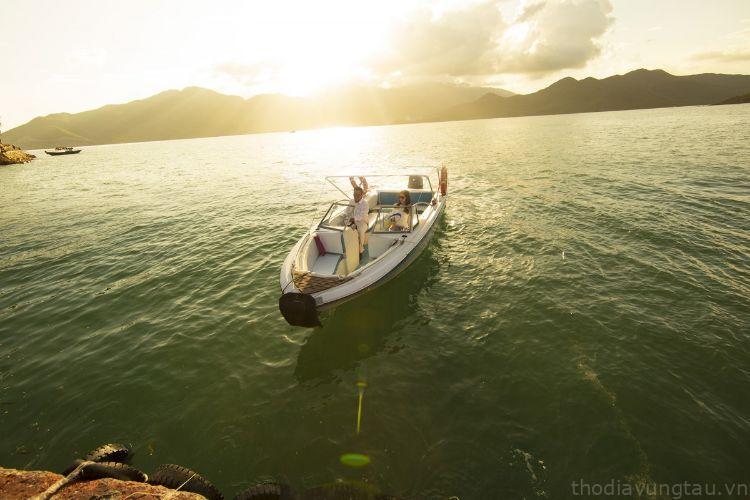 Cano tham quan các hòn Côn Đảo