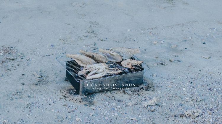 Nướng BBQ hải sản ngay trên bờ biển