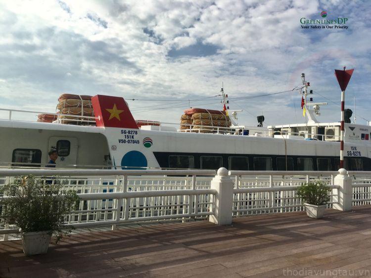 tàu cao tốc tại cảng