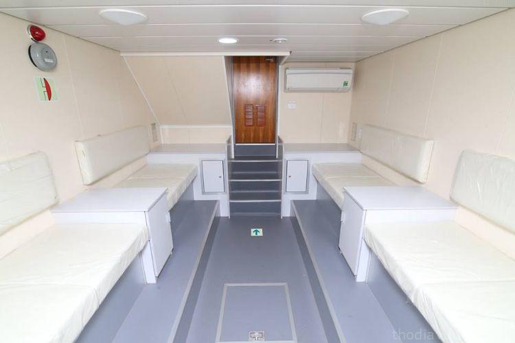 gian giướng nằm trong tàu