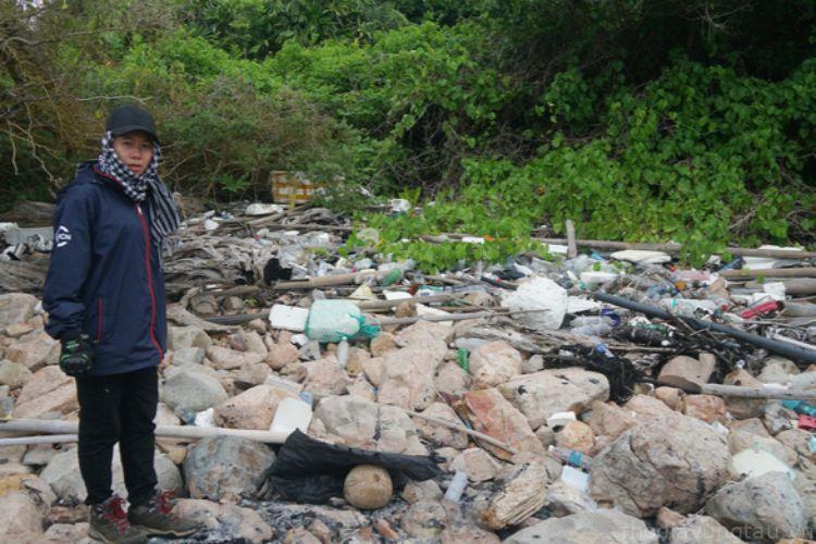 nhặt rác ở vườn quốc gia côn đảo