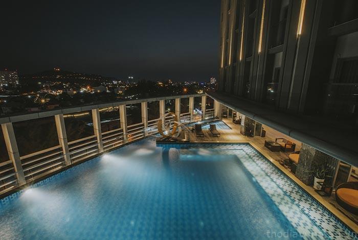 Hồ bơi vô cực tại Malibu Hotel
